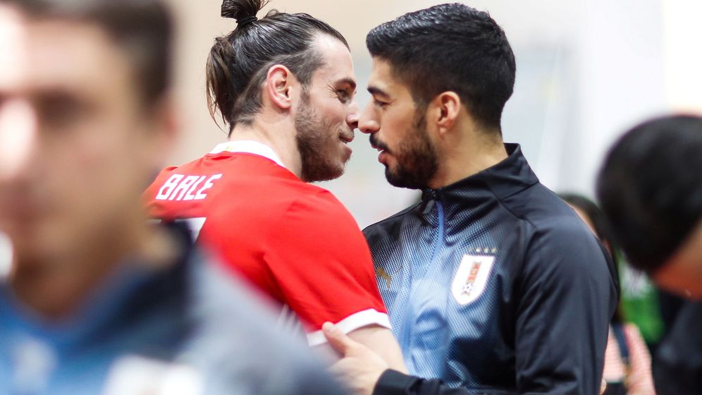 Foto: Gareth Bale y Luis Suárez se saludan en un partido entre Gales y Uruguay. (Efe)