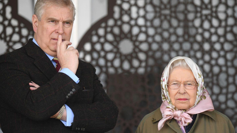 El príncipe Andrés junto a su madre, la reina Isabel II. (EFE)