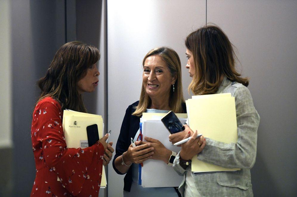 Foto: Ana Pastor, junto con Rosa Romero y Alicia Sánchez-Camacho, miembros de la Mesa del Congreso del PP, el pasado 25 de septiembre. (EFE)