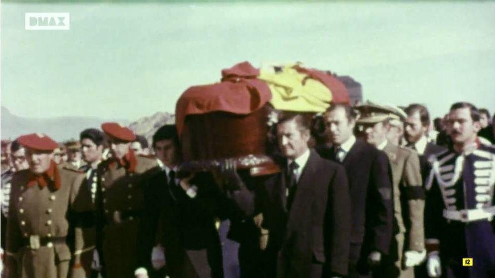 Foto: El féretro de Francisco Franco, minutos antes de ser sepultado. (DMAX)