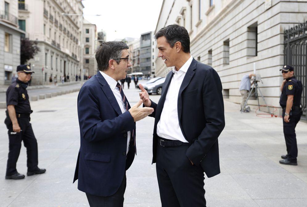Foto: Pedro Sánchez y Patxi López conversan a su salida del Congreso, el pasado 28 de junio. (EFE)