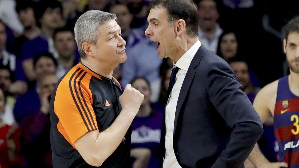 Foto: Bartzokas grita a Lamonica tras ser expulsado en el Real Madrid-FC Barcelona Lassa. (EFE)