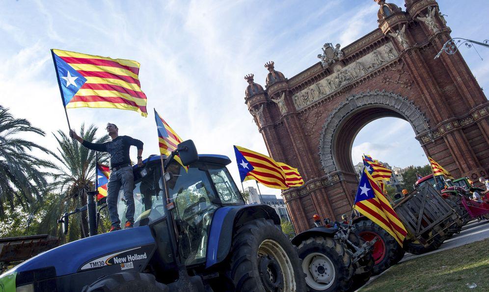 Foto: Una treintena de tractores, aparcados junto al Parlament en apoyo a la república, el pasado 10 de octubre. (EFE)