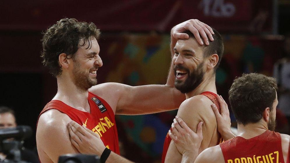 Foto: Pau (i) y Marc Gasol, en un partido del Eurobasket de 2017. (EFE)