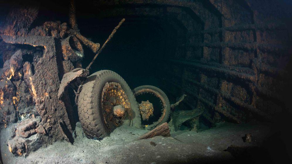 Foto: Uno de los vehículos militares hallados en la cubierta del naufragio del SS Karlsruhe. (Reuters)