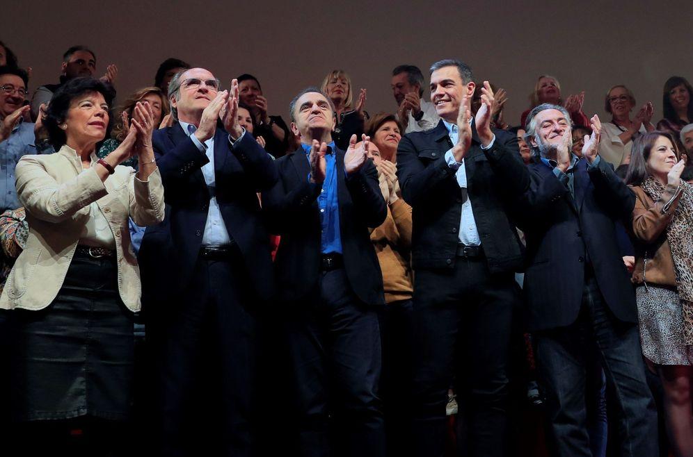 Foto: Pedro Sánchez, con Pepu Hernández (d), José Manuel Franco, Ángel Gabilondo e Isabel Celaá, este 16 de marzo en el teatro Goya de Madrid. (EFE)