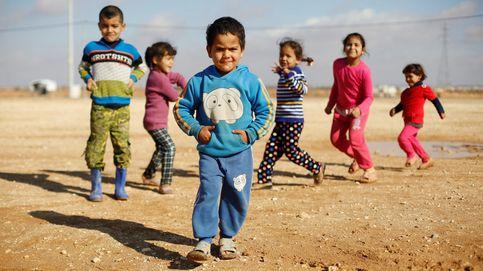 Refugiados sirios juegan en un campamento jordano