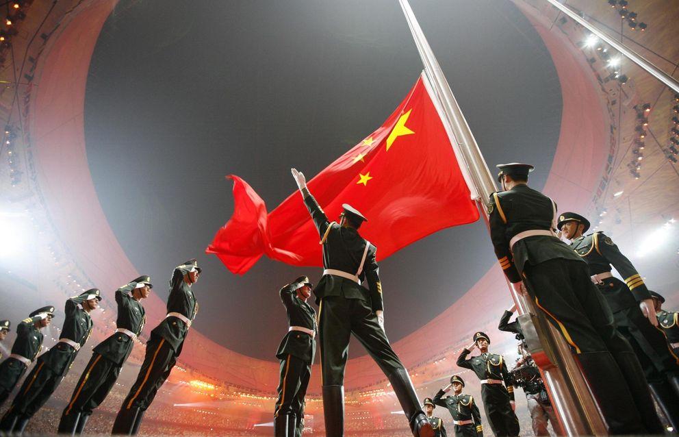 Foto: La bandera china es izada durante la ceremonia de apertura de los Juegos de Pekín, el 8 de agosto del año 2008 (Reuters)