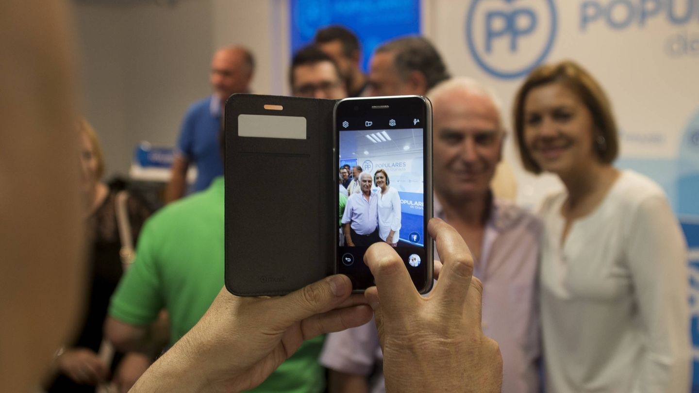 La toma de imágenes con dispositivos móviles, una costante al cierre del acto en Granada.