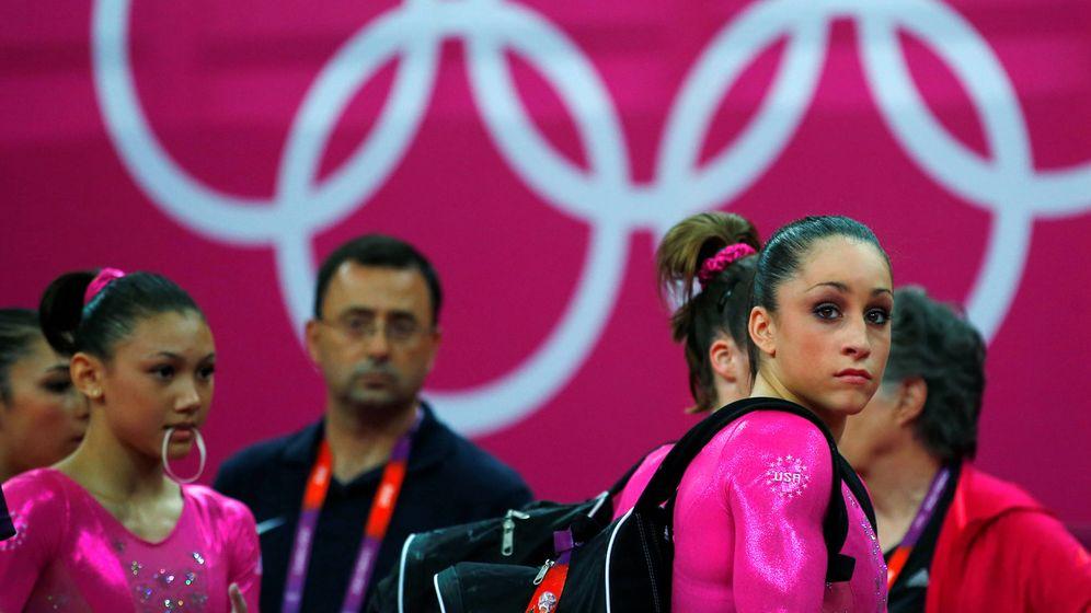 Foto: Larry Nassar, al fondo, junto al equipo de gimnasia de Estados Unidos durante los Juegos Olímpicos de Londres 2012. (Reuters)