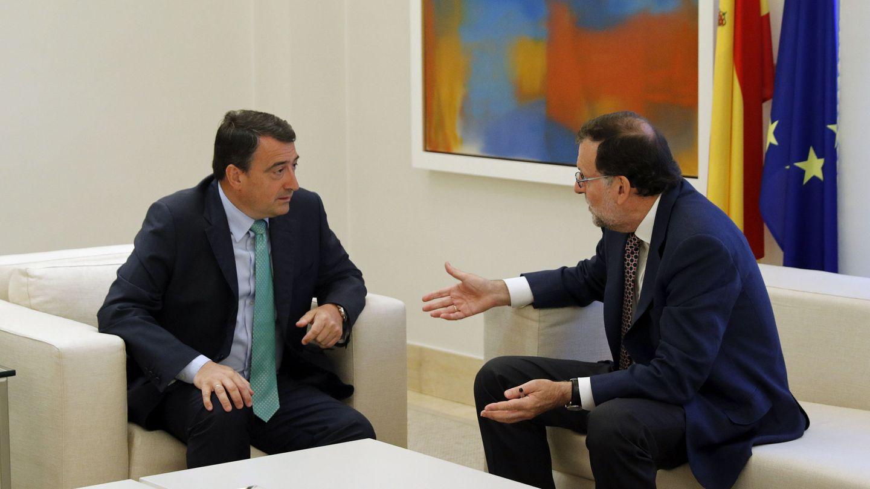 Mariano Rajoy junto a Aitor Esteban. (EFE)