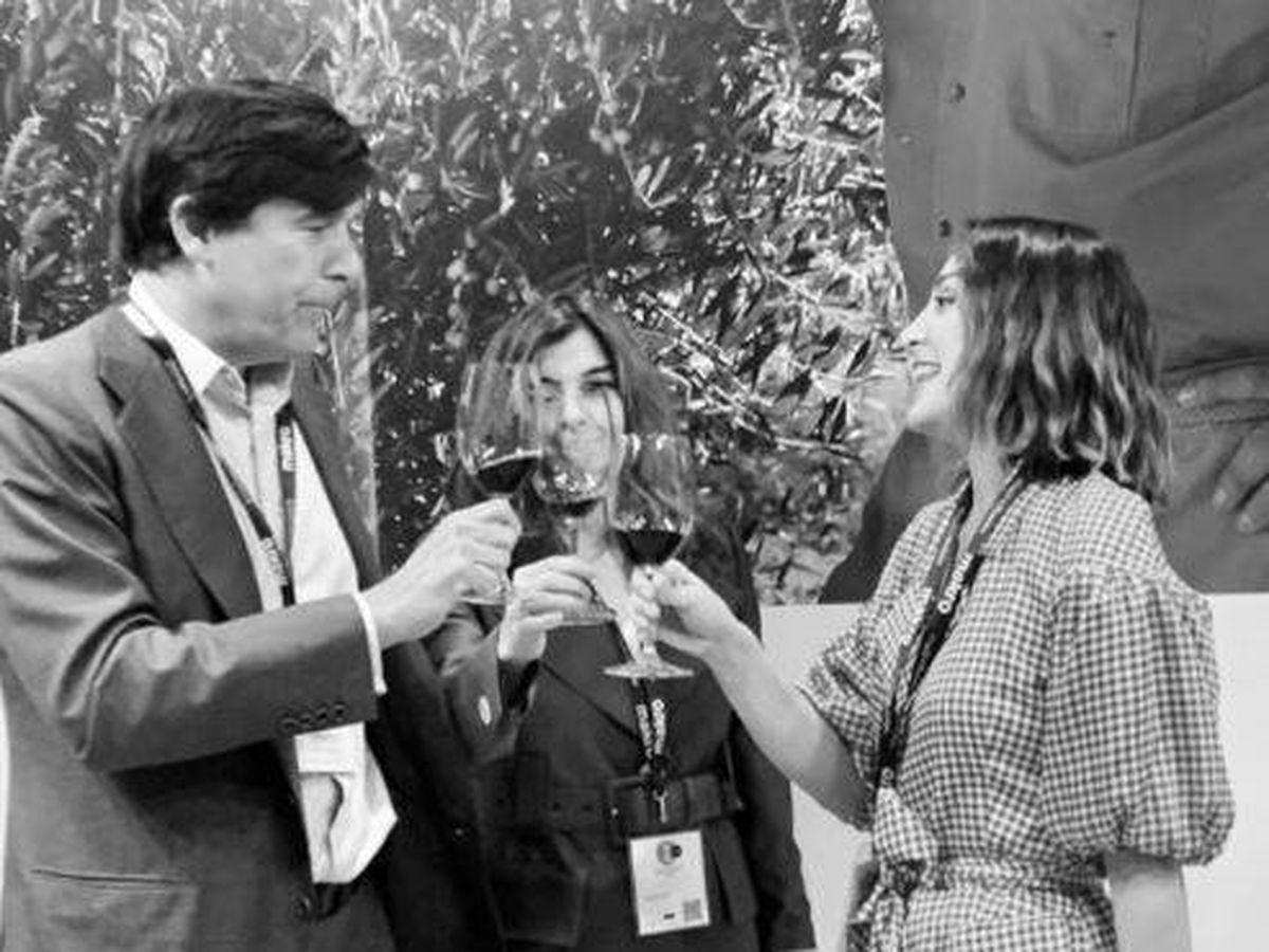 Foto: Tamara, Manolo y Xandra Falcó brindan en Madrid Fusión. (Redes)