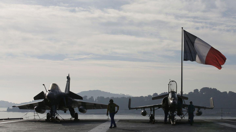 Cazas Rafale y Super Etendard en la cubierta del portaaviones Charles de Gaulle, horas antes del inicio de la misión contra el ISIS, el 18 de noviembre de 2015 (Reuters)