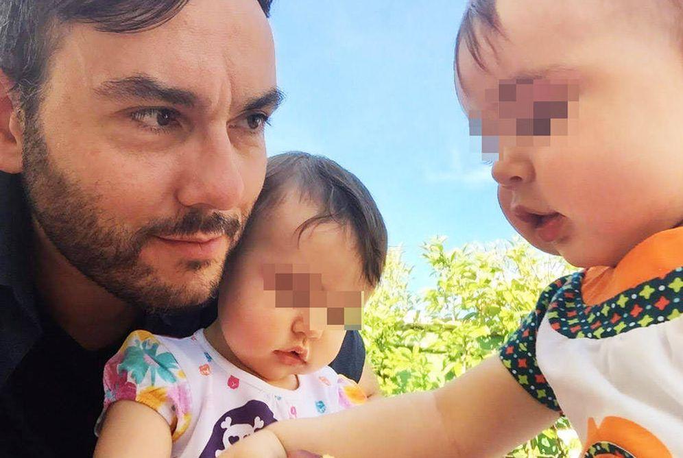 Foto: Eduardo Gordillo, junto a sus hijas gemelas.