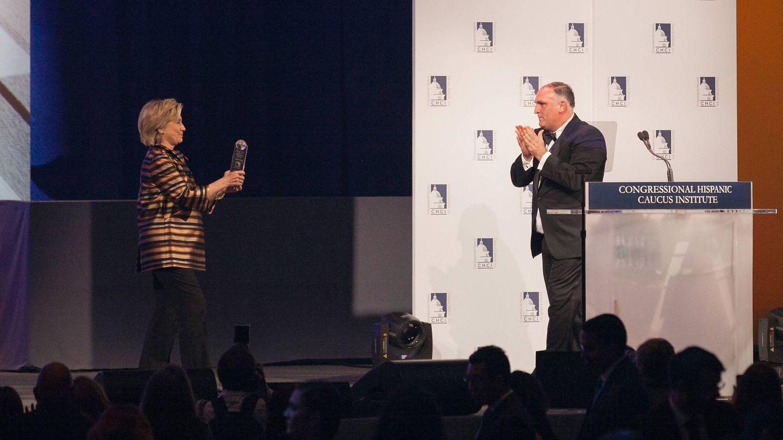 Hillary Clinton entregando un premio al chef en 2015. (Getty)