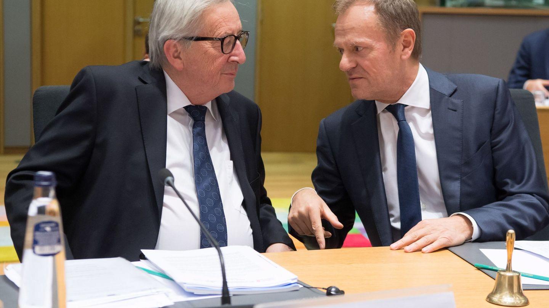 El presidente de la Comisión (izquierda) charla con el del Consejo Europeo (derecha). (EFE)