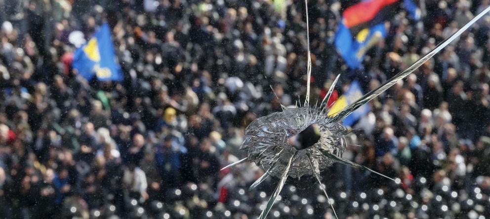 Foto: Una ventana rota en el Parlamento de Kiev durante enfrentamientos entre radicales de Svoboda y la policía el 14 de octubre de 2014. (Reuters)