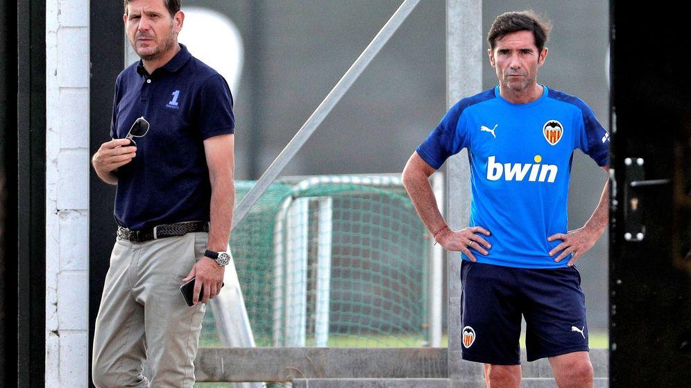 Foto: Mateu Alemay (director general del Valencia) y Marcelino (entrenador) con gestos serios. (Efe)