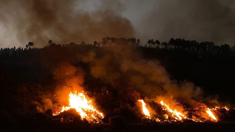 Un incendio en el mes de julio en Sobradelo, en Carballeda de Valdeorras, Ourense. (EFE)
