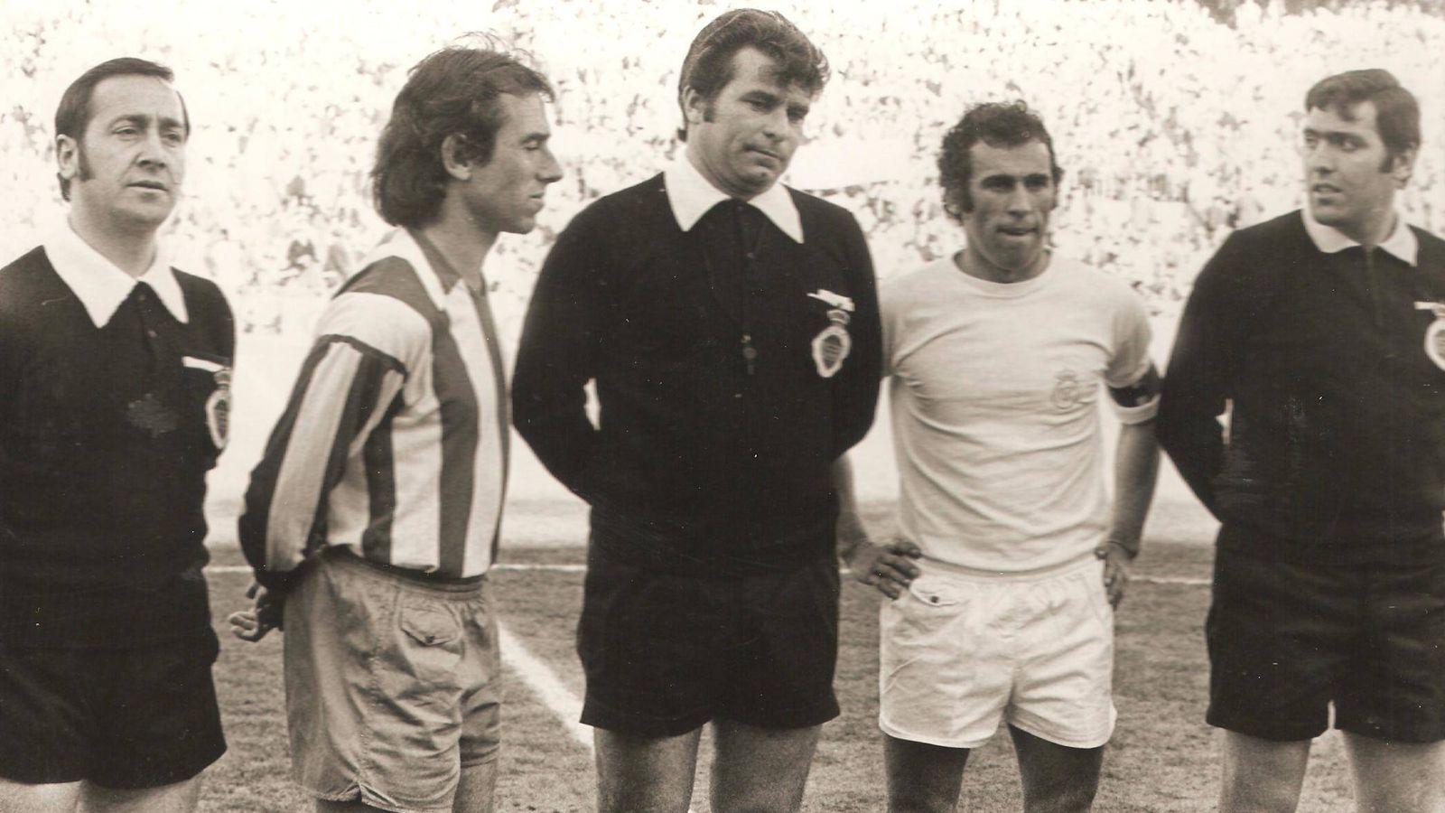 Foto: Adelardo y Amancio, capitanes de Atlético y Real Madrid, en el primer derbi disputado en el Calderón