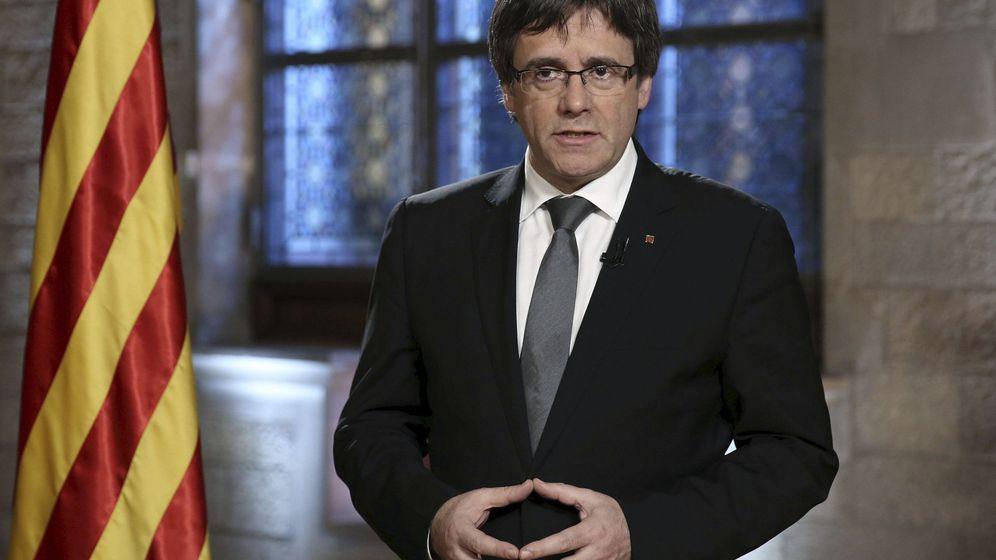 Foto: Fotografía facilitada por la Generalitat de Cataluña de su presidente, Carles Puigdemont, durante el mensaje institucional a los ciudadanos con motivo del Fin de Año. (EFE)