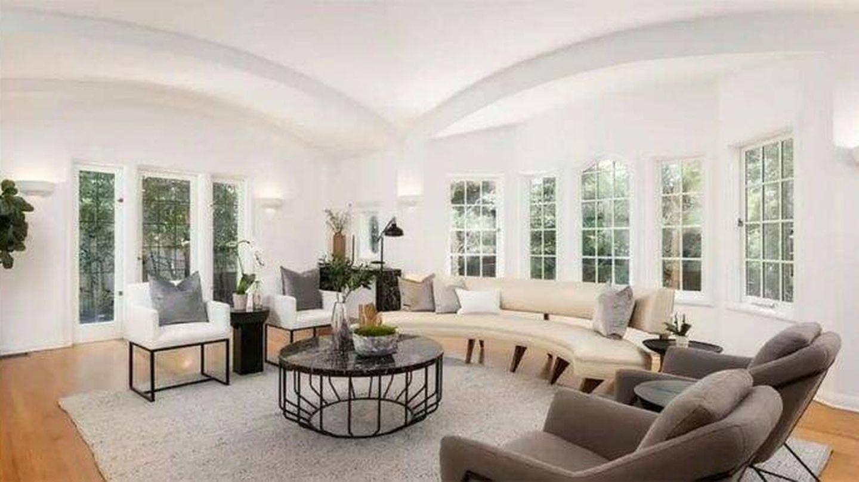 Sala de estar de la mansión que Leonardo DiCaprio vende en Los Ángeles. (Realtor)