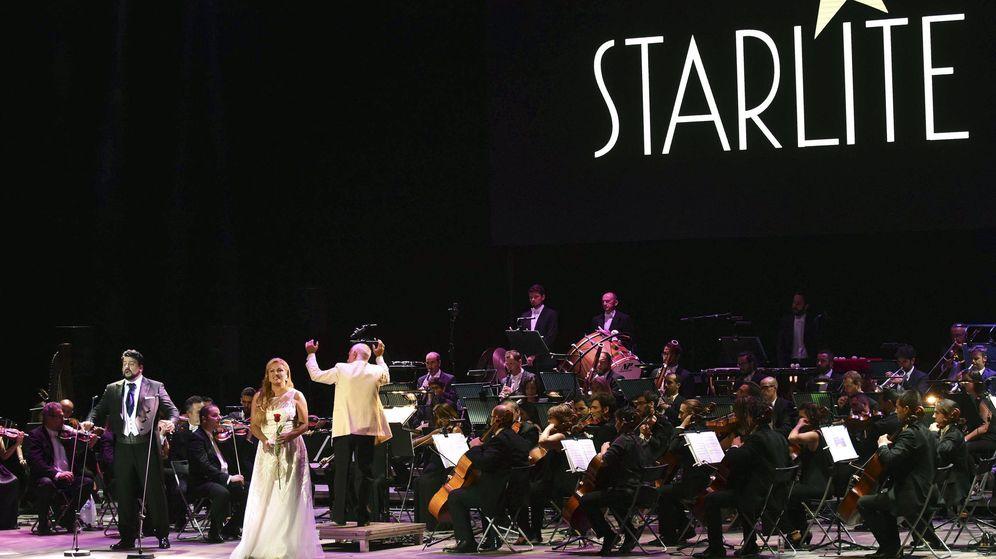 Foto: La soprano rusa Anna Netrebko y su marido, el tenor azerí Yusif Eyvazoy, tras el concierto del Starlite Festival ofrecido en el Auditorio de Marbella. (EFE)