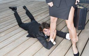 10  señales que prueban que eres un hombre controlado por tu pareja