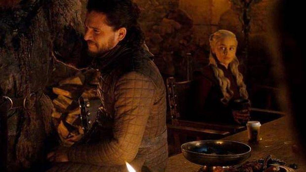 Foto: El café para llevar sobre la mesa. delante de Daenerys. (HBO)