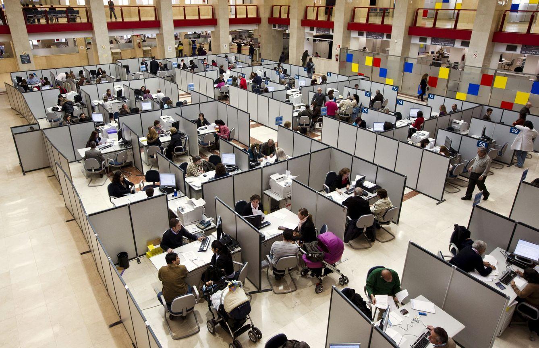 Foto: Funcionarios de la Agencia Tributaria (EFE)