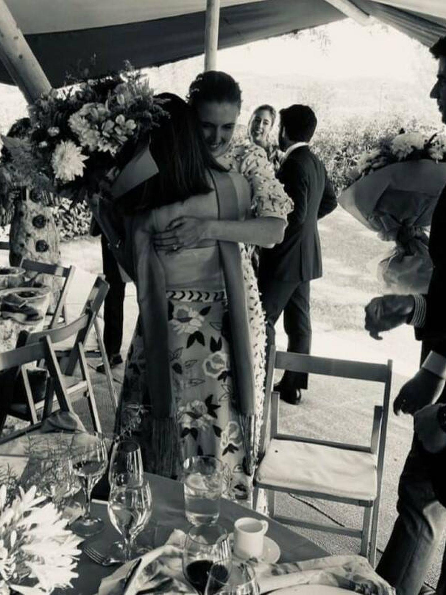 Lady Aguacatte, recibiendo el ramo de su amiga Inés Pérez-Pla. (Cortesía)