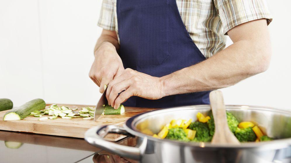 Foto: Sólo el acto de cocinar suele hacer que comamos de forma más saludable. (Corbis)
