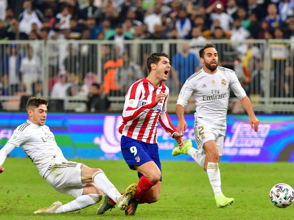 Foto: Momento en el que Fede Valverde zancadillea a Morata en la final de la Supercopa de Arabia. (EFE)
