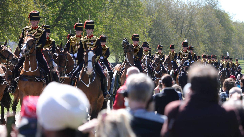 Soldados a caballo entrando en el castillo de Windsor. (Cordon Press)