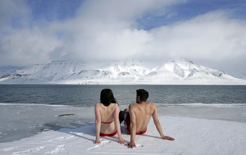 Foto: Dos activistas medioambientales, Lesley Butler y Rob Bell, toman el sol en un fiordo de Longyearbyen, en Noruega. (Reuters)