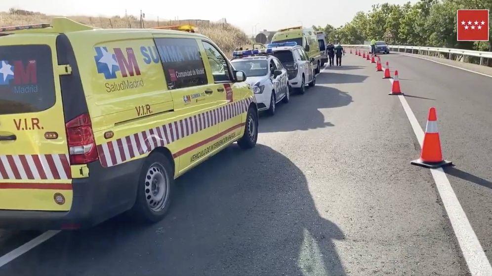 Foto: Agentes de Policía y una ambulancia en el lugar donde ha aparecido el primer cadáver. (Emergencias Madrid)