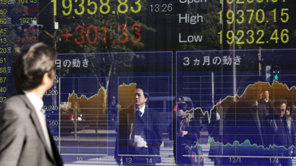 Foto: Un hombre observa los datos bursátiles anunciados en una pantalla electrónica en Tokio (Japón). (EFE)