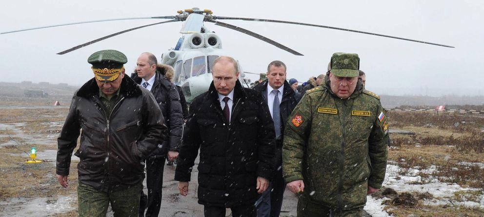 Foto: El presidente de Rusia, Vladímir Putin (c), y el ministro ruso de Defensa, Sergei Shoigu (i), a su llegada al terreno de pruebas militares de Kirillovsky. (EFE)