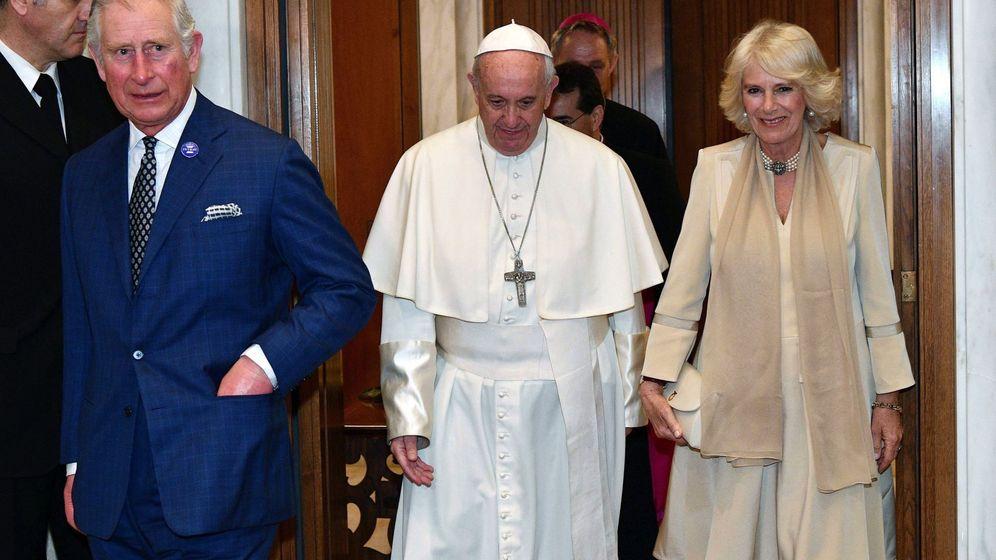 Foto: El papa Francisco con el príncipe Carlos y Camilla. (EFE)