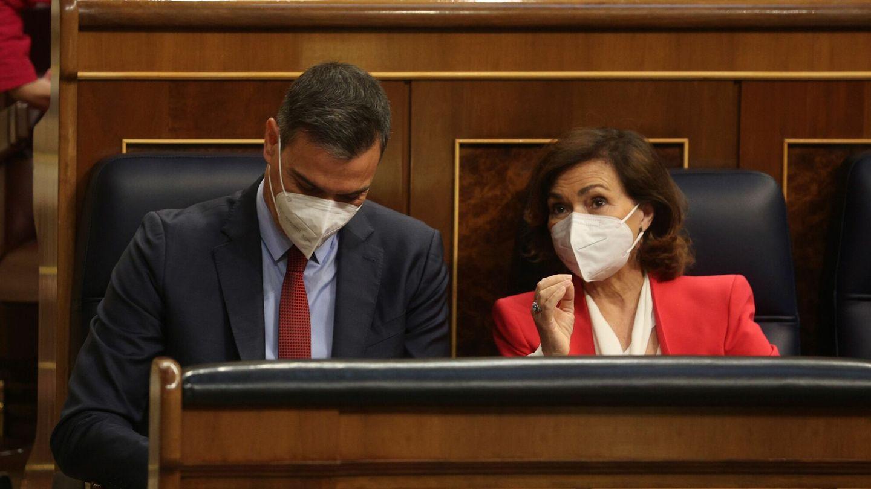 Pedro Sánchez y Carmen Calvo, en el hemiciclo del Congreso. (EFE)