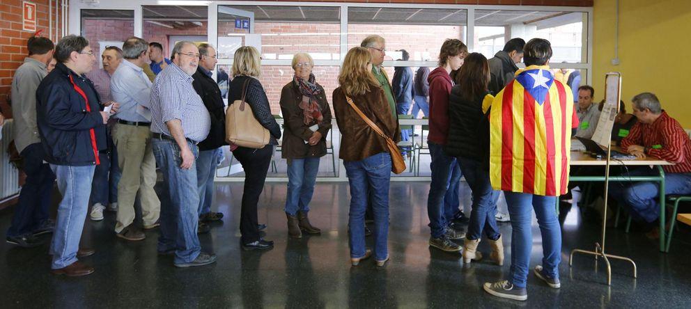 Foto: Colas para votar en una mesa electoral de Barcelona. (Reuters)