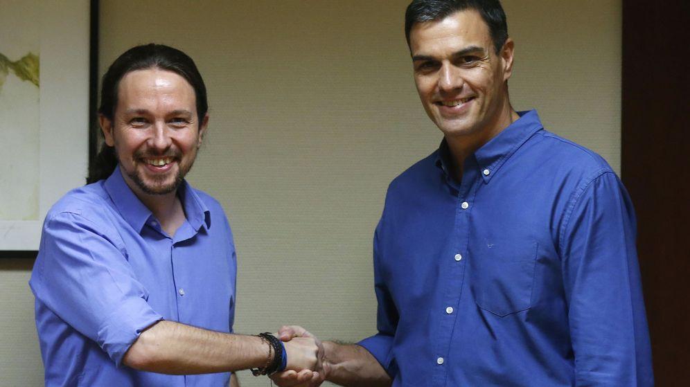 Foto: Pablo Iglesias y Pedro Sánchez se saludan antes de una reunión en julio de 2017. (Efe)