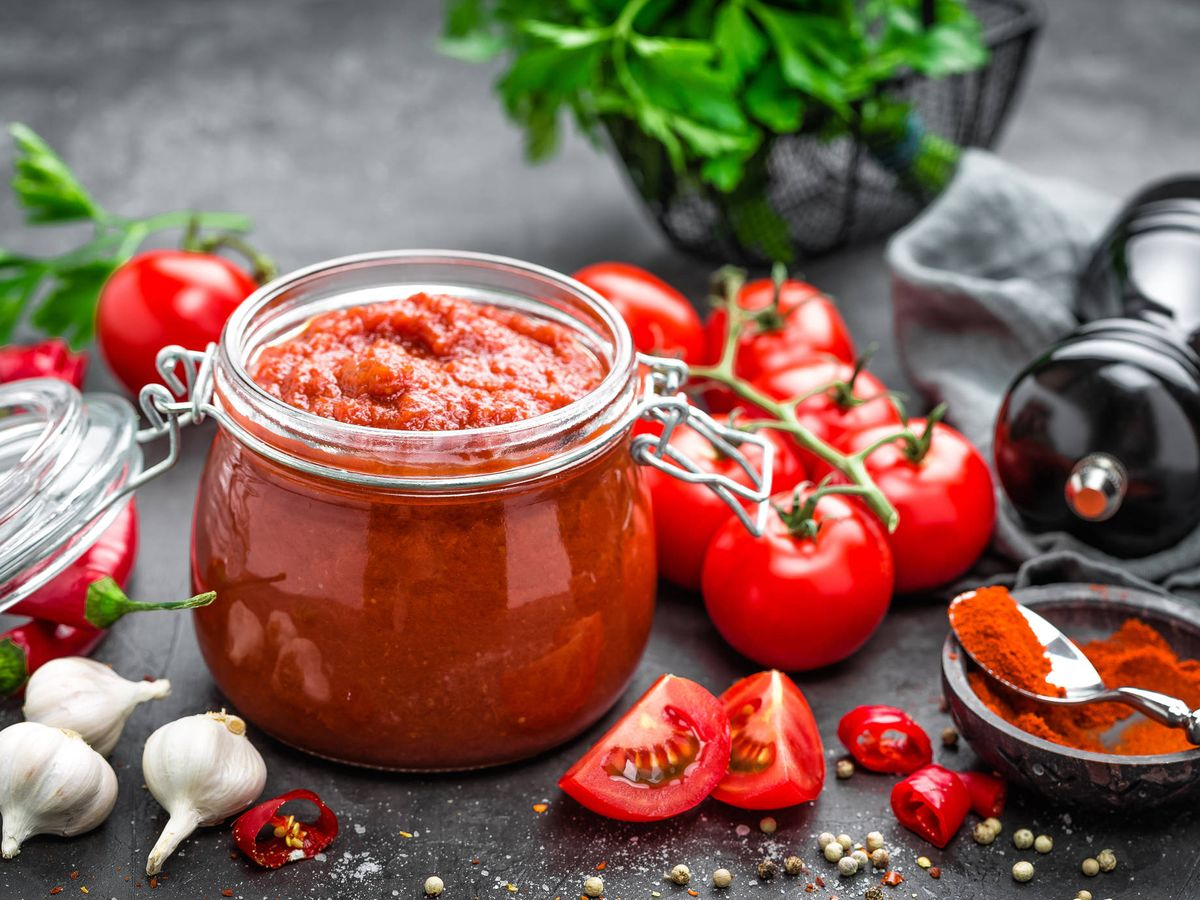 Una taza (244 gramos) de salsa de tomate proporciona el 11% del RDI de potasio.