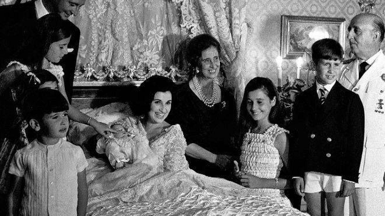 Carmen Franco Polo, con sus padres, su marido Cristóbal y sus hijos. (EFE)