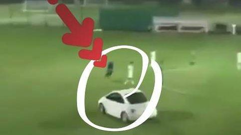 Un coche siembra el terror en el campo de fútbol