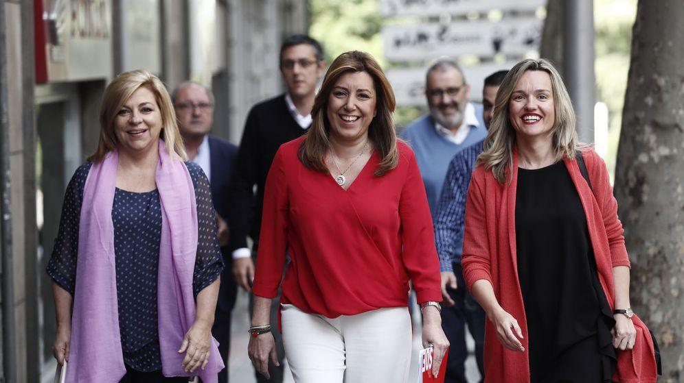 Foto: La candidata a la secretaría general del PSOE, Susana Díaz (c), acompañada por la socialista Elena Valenciano (i), a su llegada a la sede del partido en Ferraz. (EFE)
