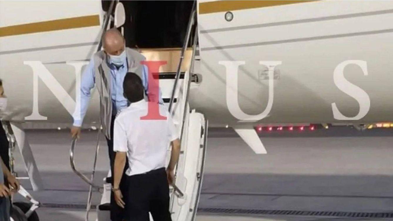 Una fotografía tras el aterrizaje sitúa a Juan Carlos I en Abu Dabi