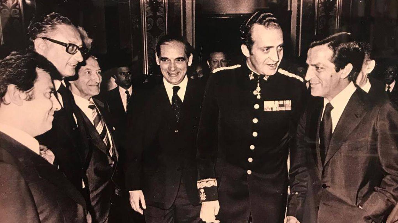 Del Burgo, a mano derecha del rey y junto a Adolfo Suárez, en una imagen de archivo de 1977.