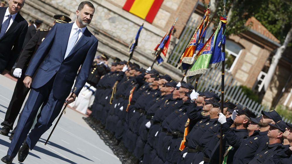 Foto: El Rey Felipe pasa revista a la Policía Nacional. (EFE)