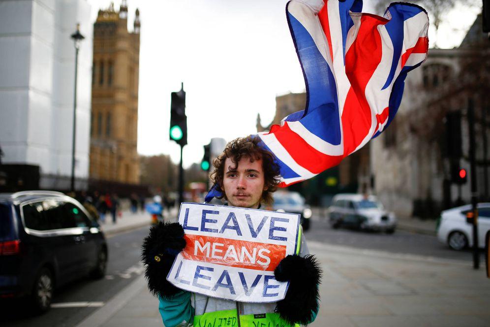 Foto: Un manifestante proBrexit ante el Parlamento británico, en Londres. (Reuters)